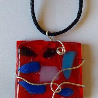 Колие от стъкло в червено и синьо